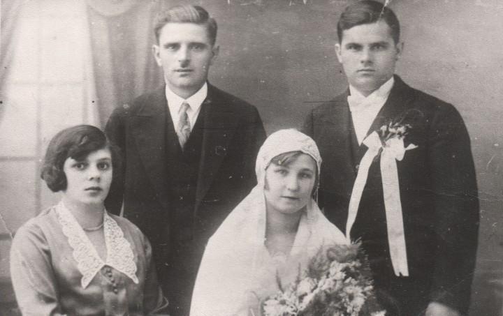 Весілля на Великдень. Мама – Розалія і батько Андрій Валі – з родичами-молодятами. Кінець 1920-х.