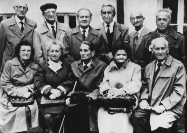 Колишні гімназисти стоїть третій справа – Ярослав Татомир, сидить друга справа Марія Вальо